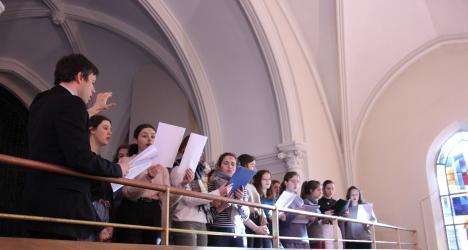 La maîtrise Saint Louis sur le balcon de la chapelle de Notre-Dame du Grandchamp lors de la messe des Cendres 2020