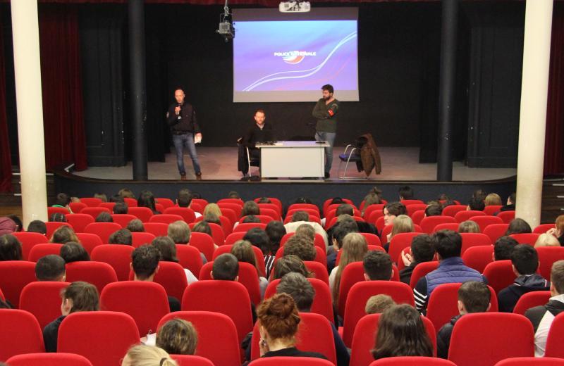Le brigadier Heuzé et les gardiens de la paix Frederick et Sebastien (de gauche à droite) face aux élèves du lycée professionnel sur la scène du théâtre de Notre-Dame du Grandchamp