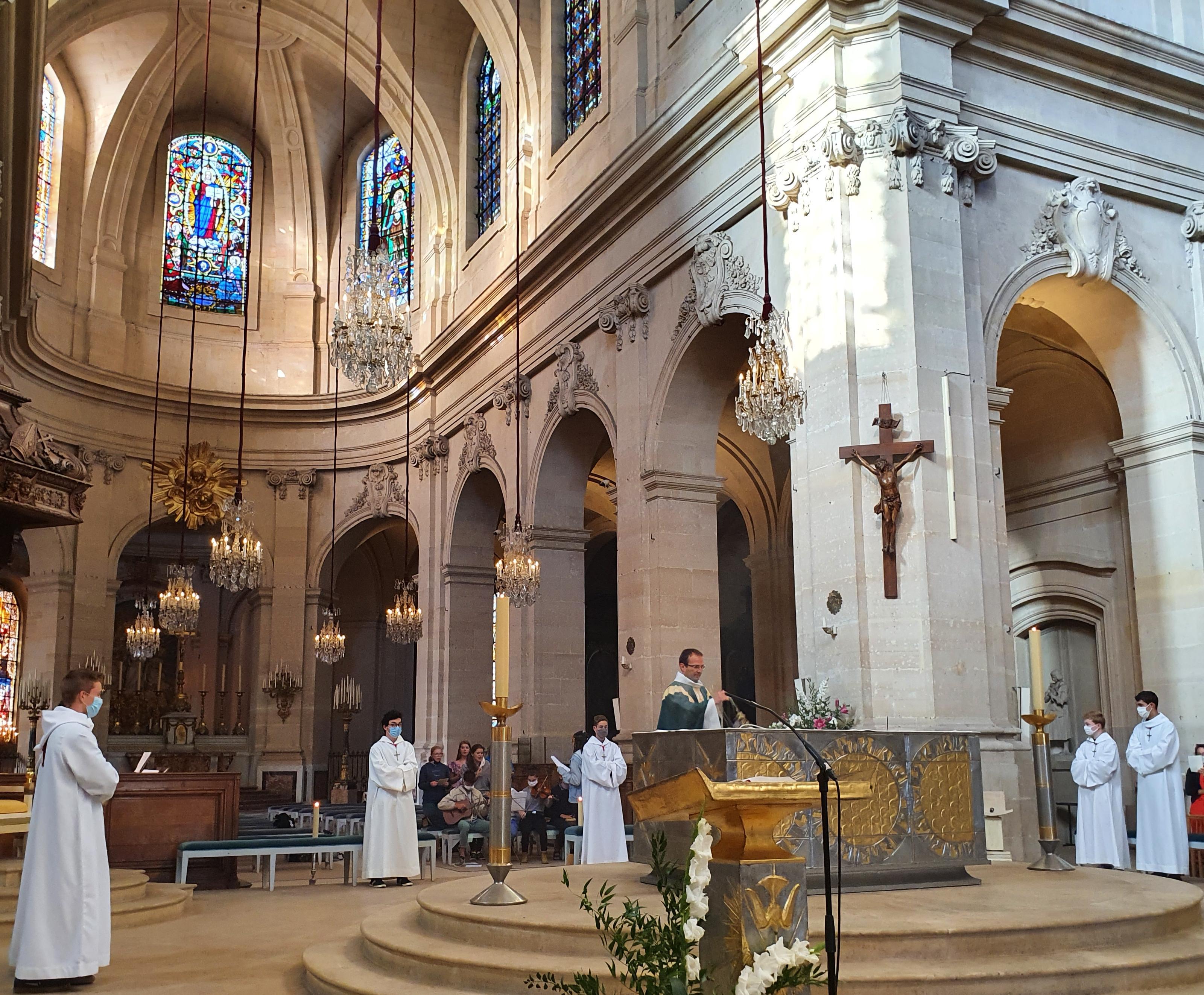 Le père Olivier Plainecassagne célèbre la messe