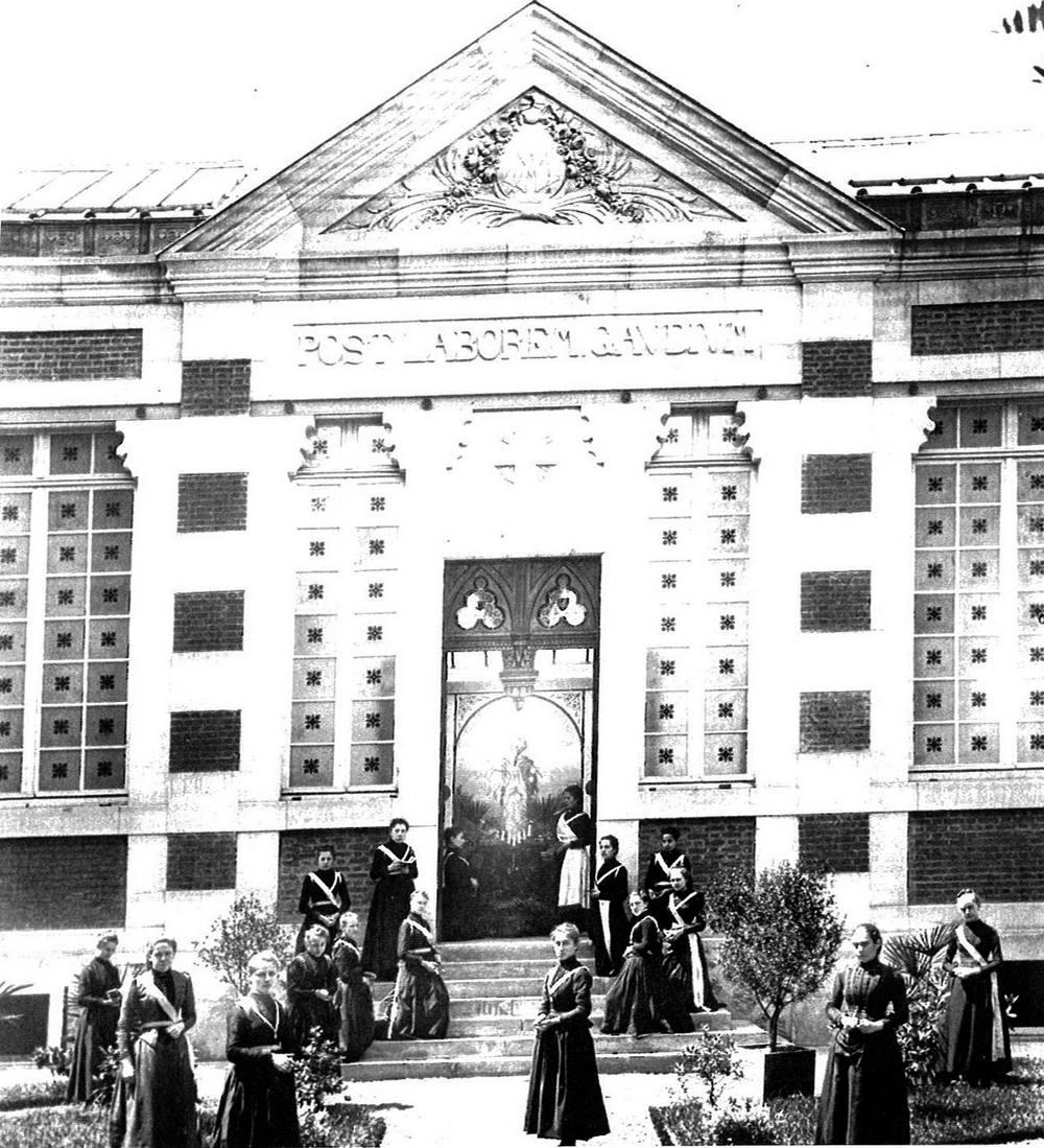 [Photo] Jeunes filles, devant la Salle des fêtes